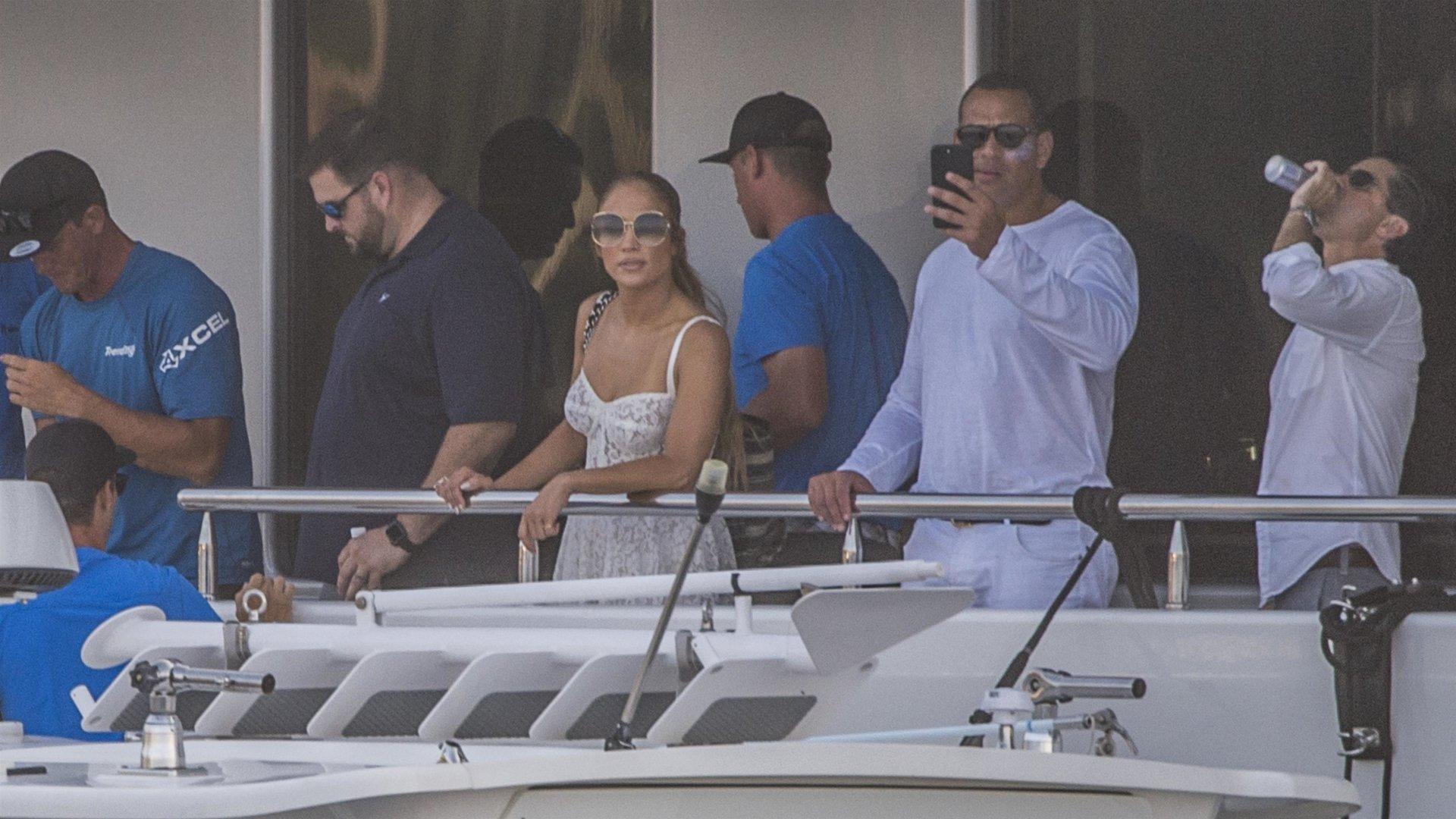 Jennifer-Lopez-Sexy-TheFappeningBlog.com-13.jpg