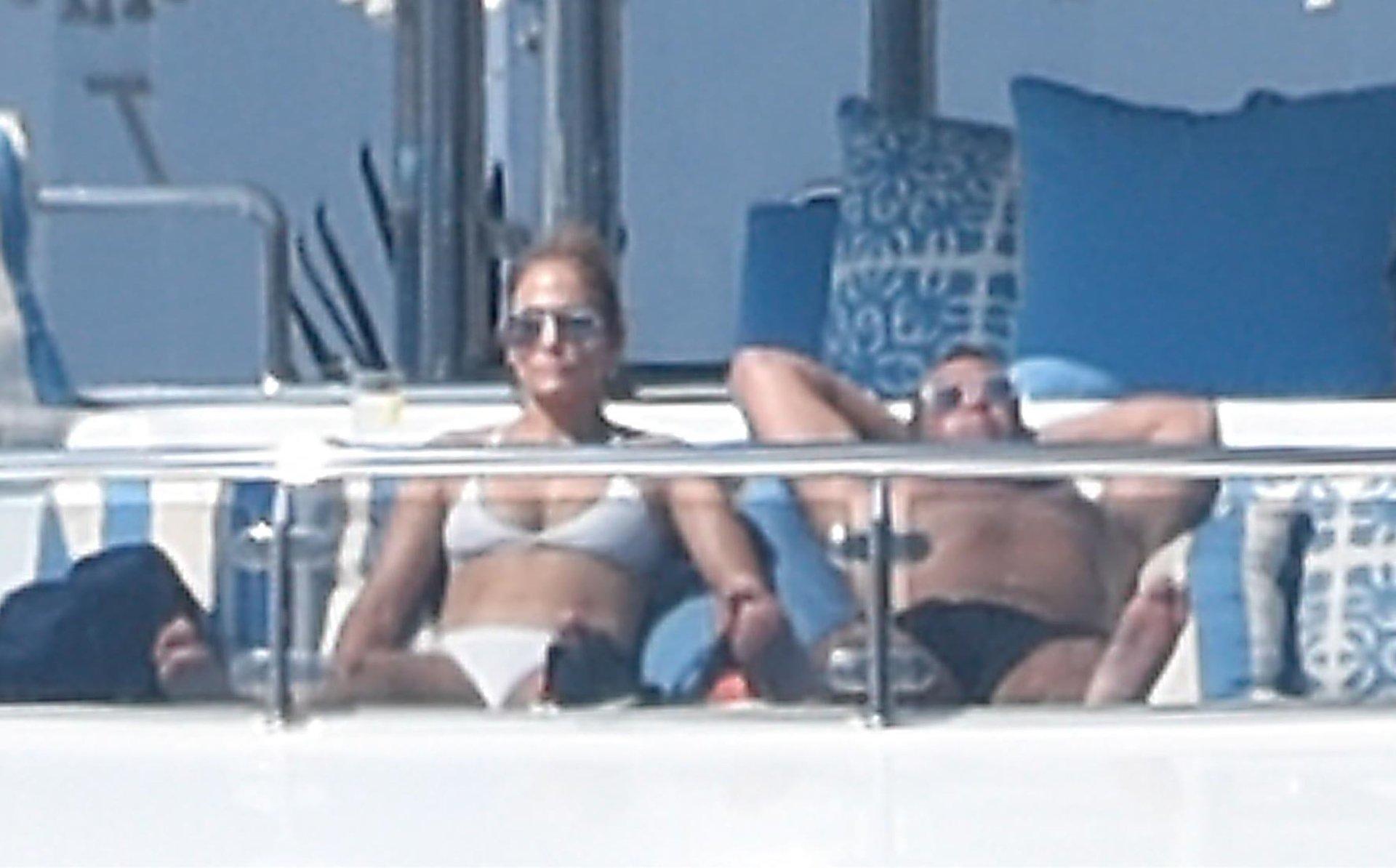 Jennifer-Lopez-Sexy-TheFappeningBlog.com-30.jpg