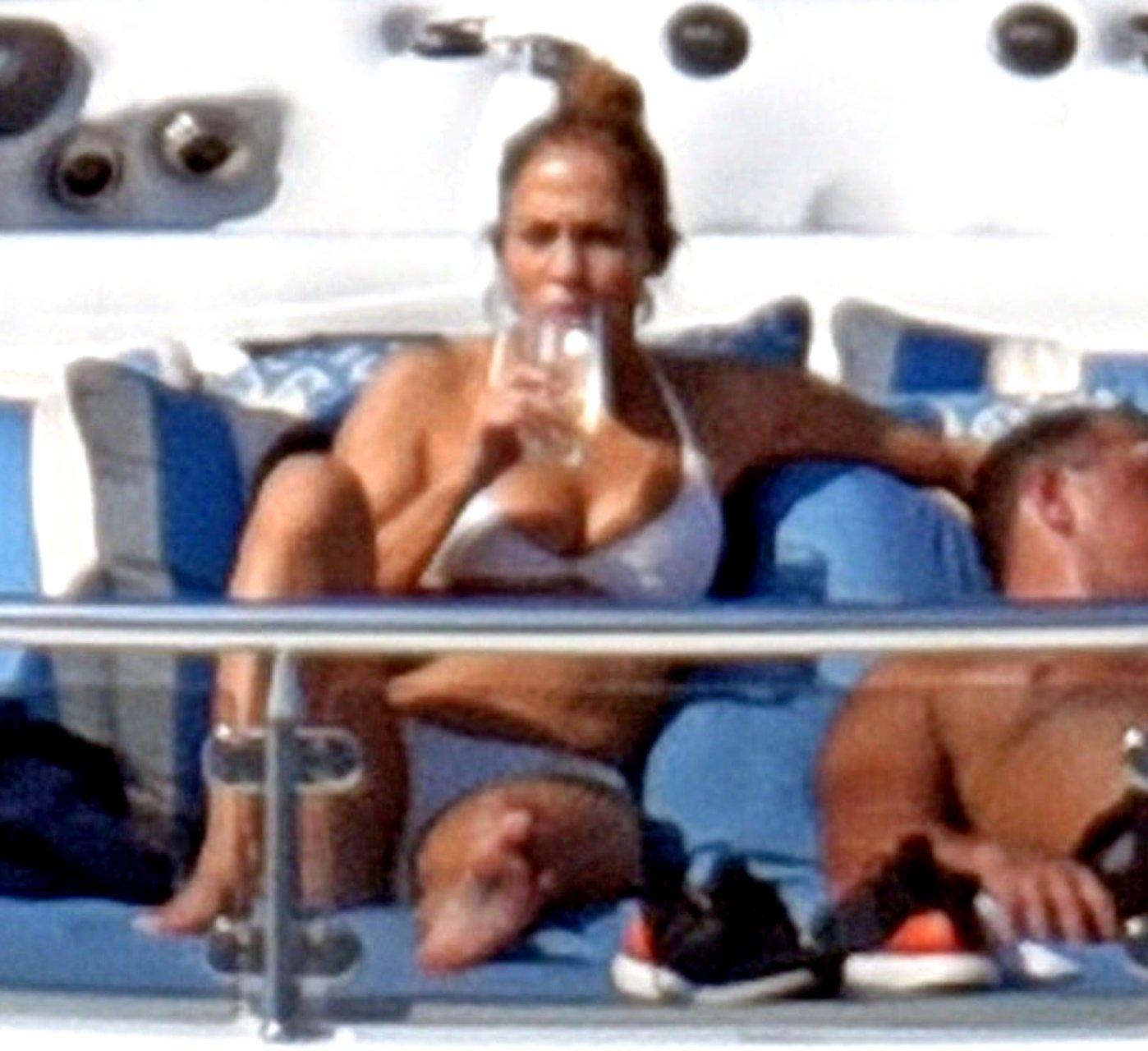 Jennifer-Lopez-Sexy-TheFappeningBlog.com-49.jpg