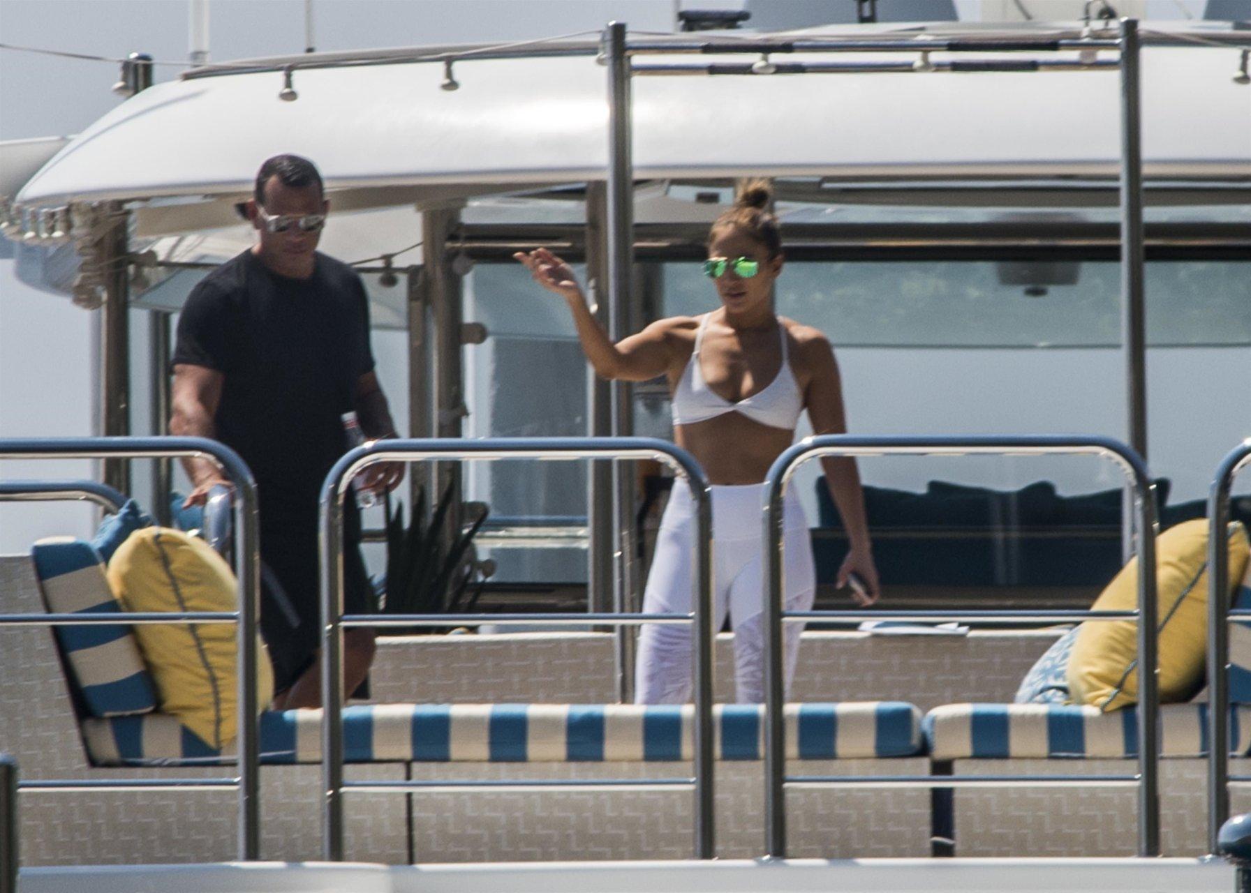 Jennifer-Lopez-Sexy-TheFappeningBlog.com-5.jpg
