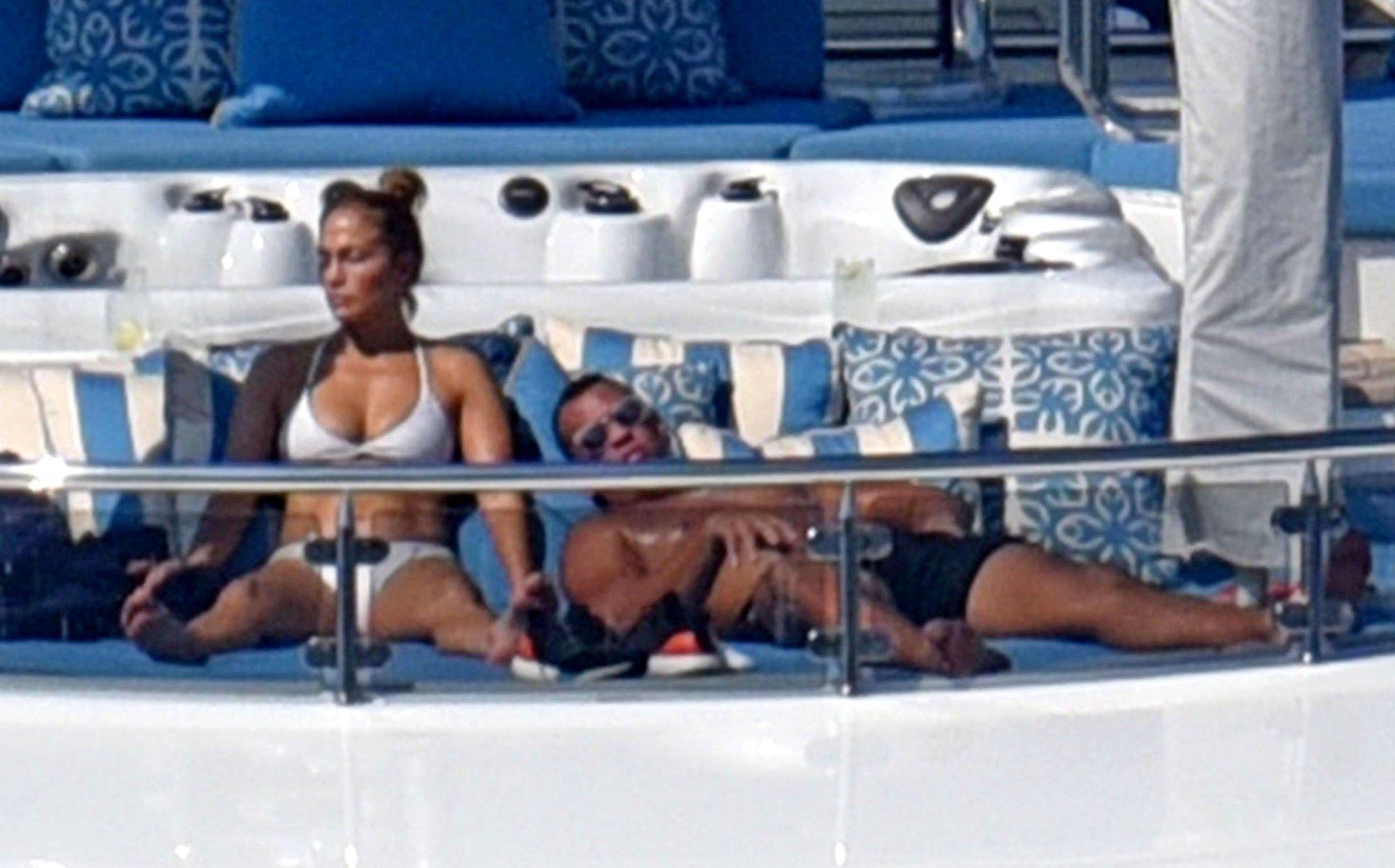 Jennifer-Lopez-Sexy-TheFappeningBlog.com-53.jpg