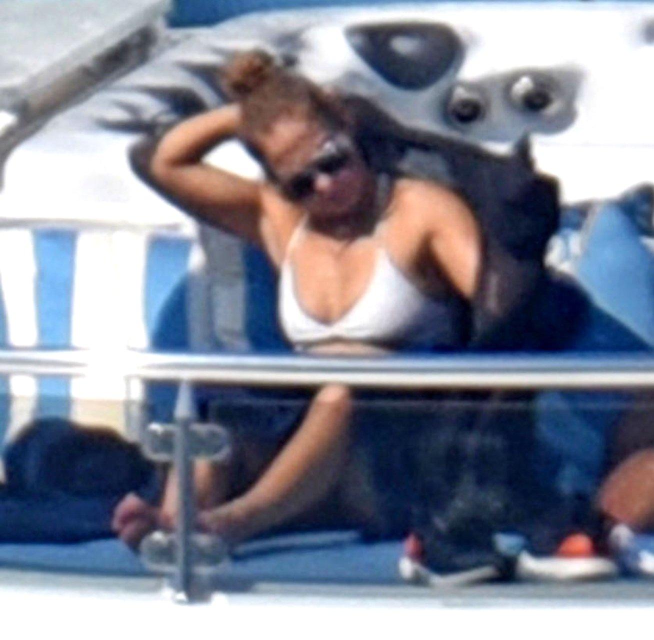 Jennifer-Lopez-Sexy-TheFappeningBlog.com-58.jpg