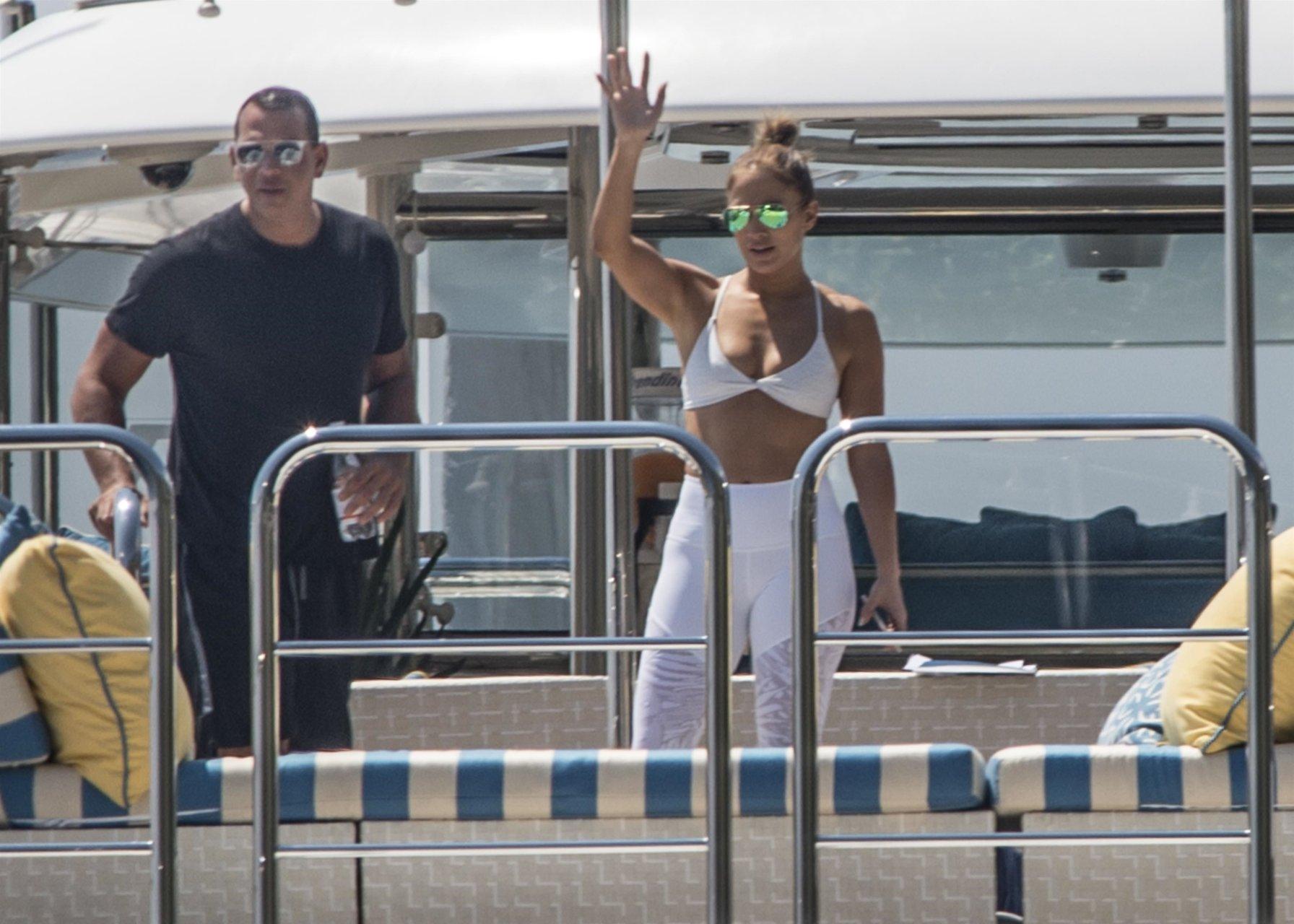 Jennifer-Lopez-Sexy-TheFappeningBlog.com-6.jpg