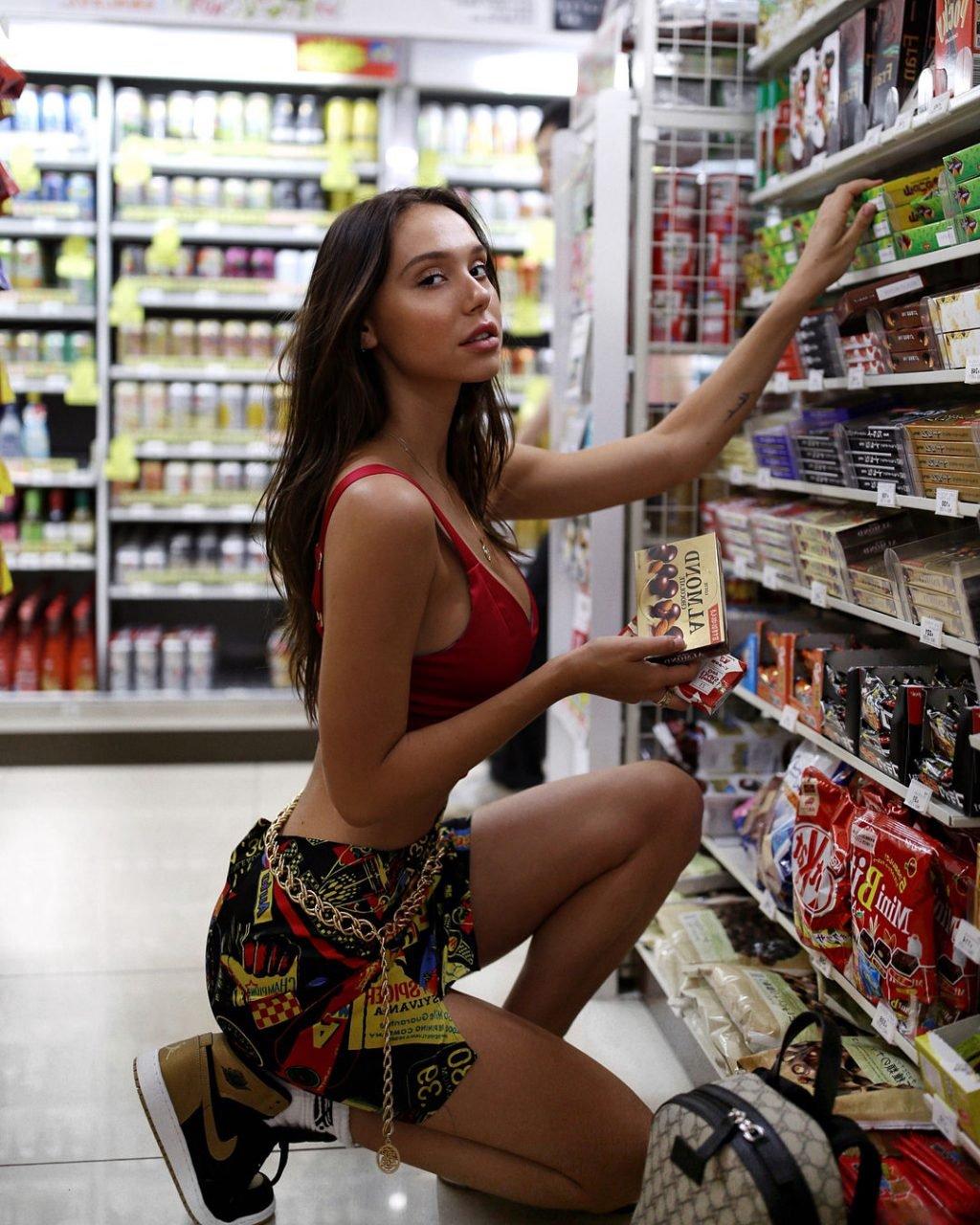 Alexis Ren Sexy (17 Photos)