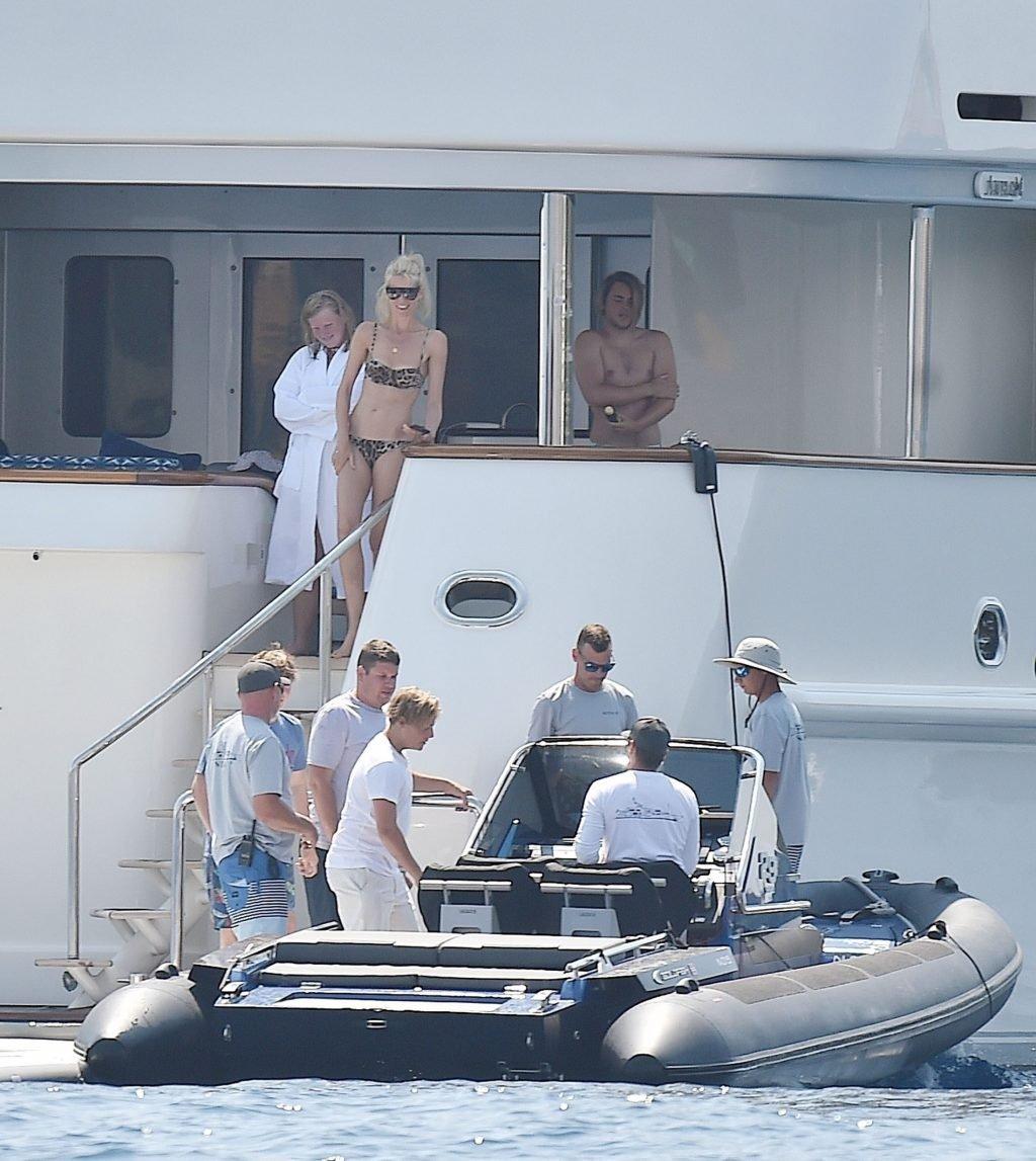 Claudia Schiffer Sexy (33 Photos)