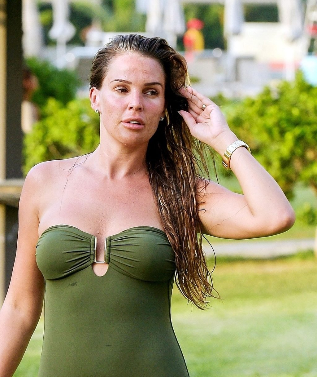 Danielle Lloyd Hot (21 Photos)