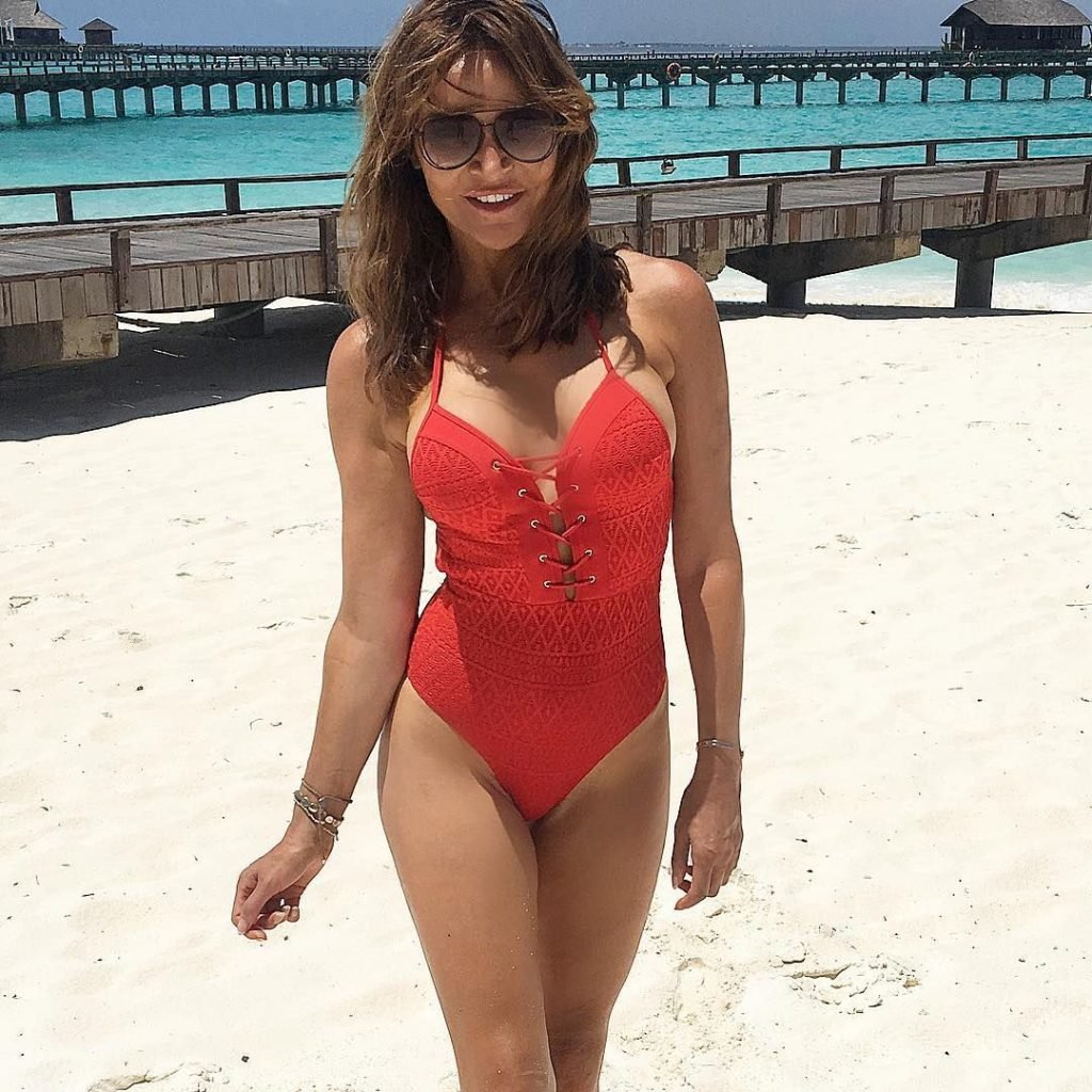 Lizzie Cundy Sexy (33 Photos)