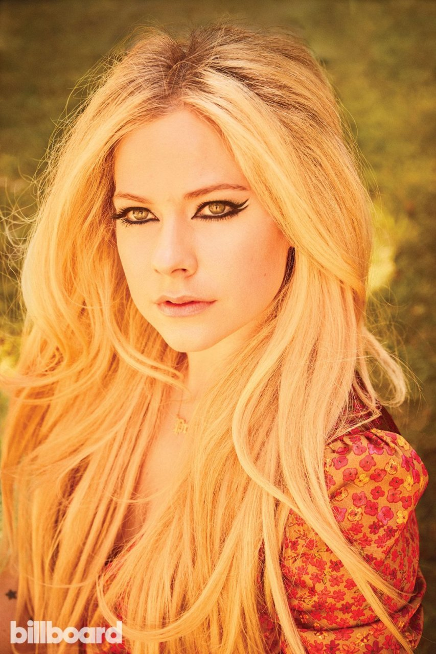 Avril Lavigne Sexy (8 Photos + Video)