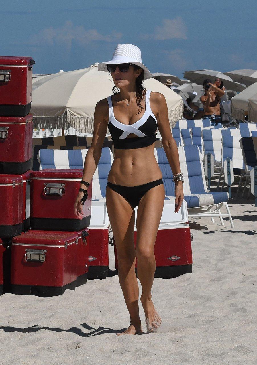 Damn Bethenny Frankel Flaunts Skinny Bod, Lots Of Cleavage In Bikinis