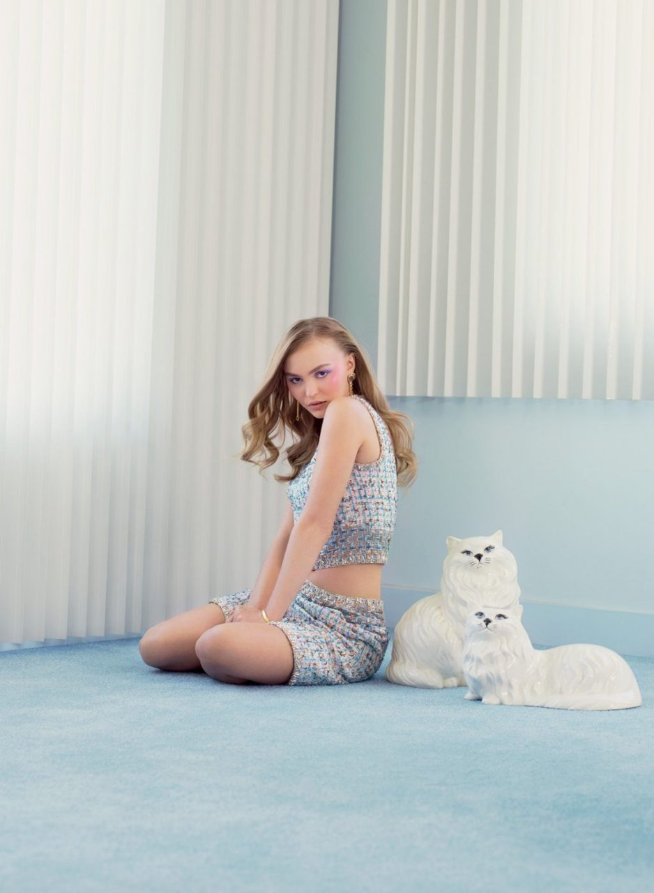 Lily-Rose Depp Sexy & Topless (8 Photos)