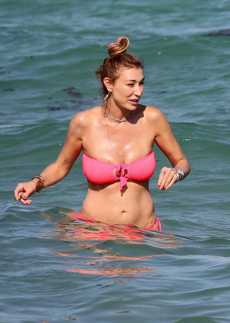 Alana Hadid, Marielle Hadid Sexy (27 Photos)