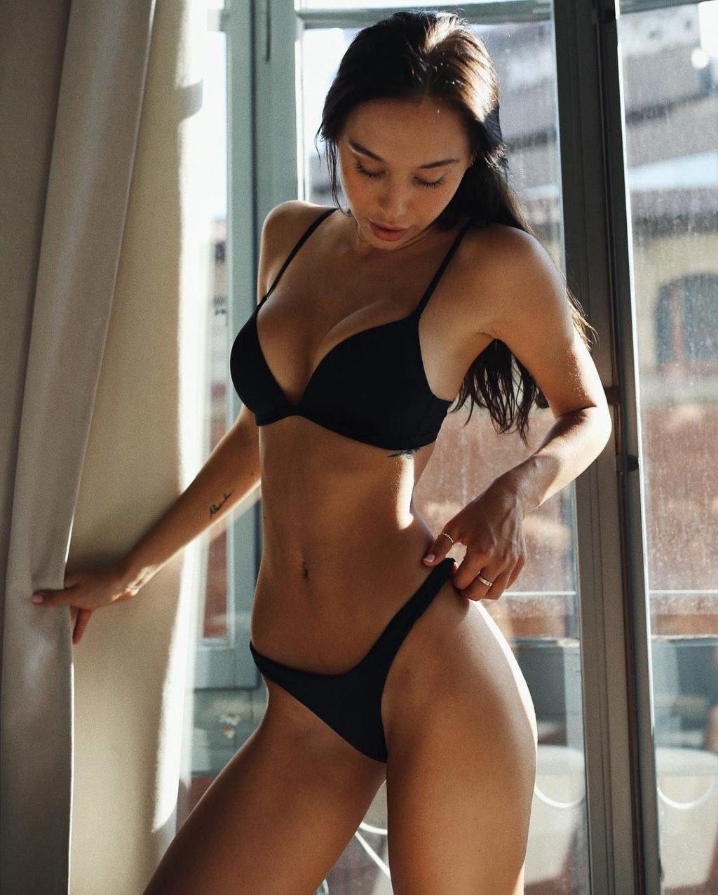 Alexis Ren Sexy (11 Photos)