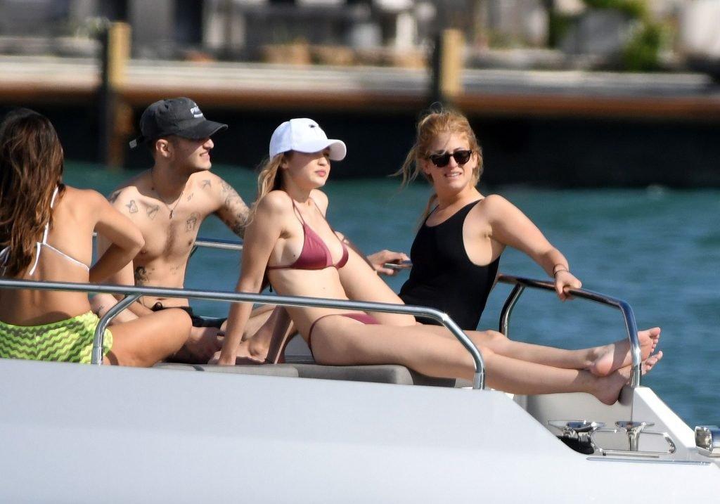 Gigi Hadid Sexy (74 Photos + GIF)