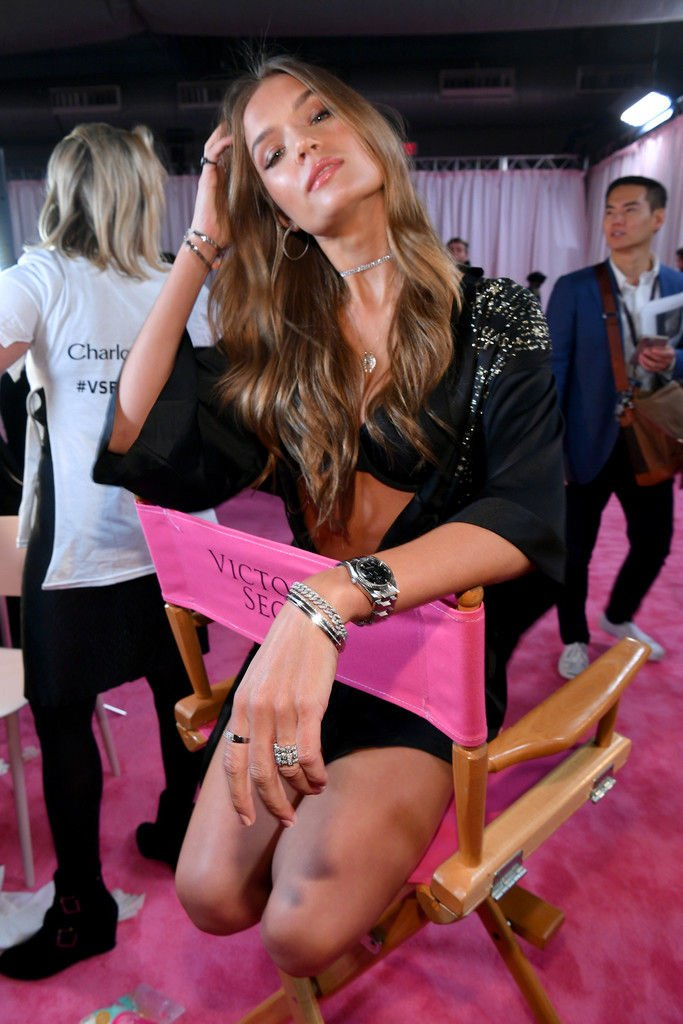 Josephine Skriver shows off her cleavage at the 2018 Victoria's Secret Fashion Show in NYC, 11/08/2018.