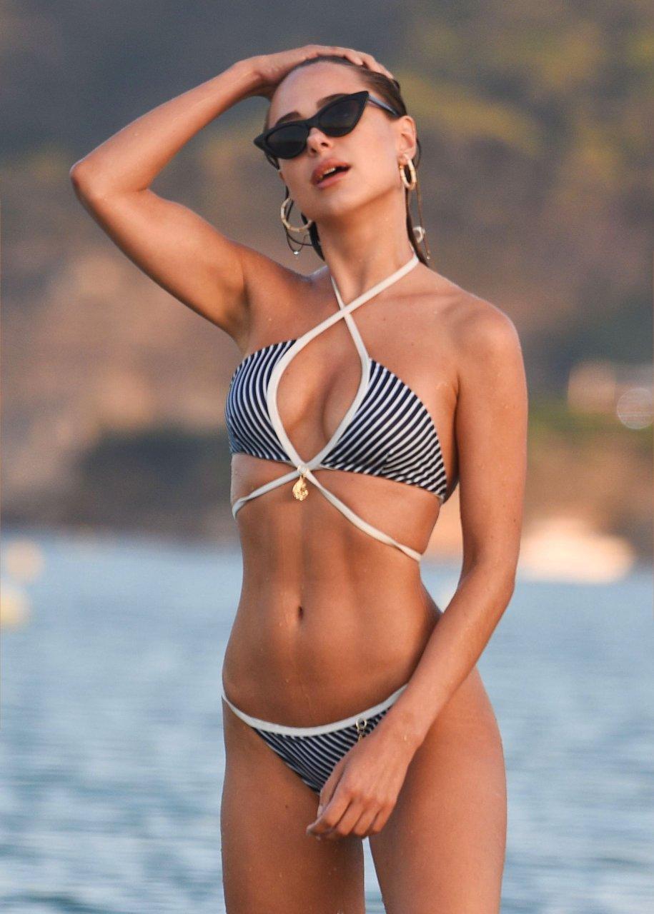 Kimberley Garner hits the beach in Miami, 11/15/2018.