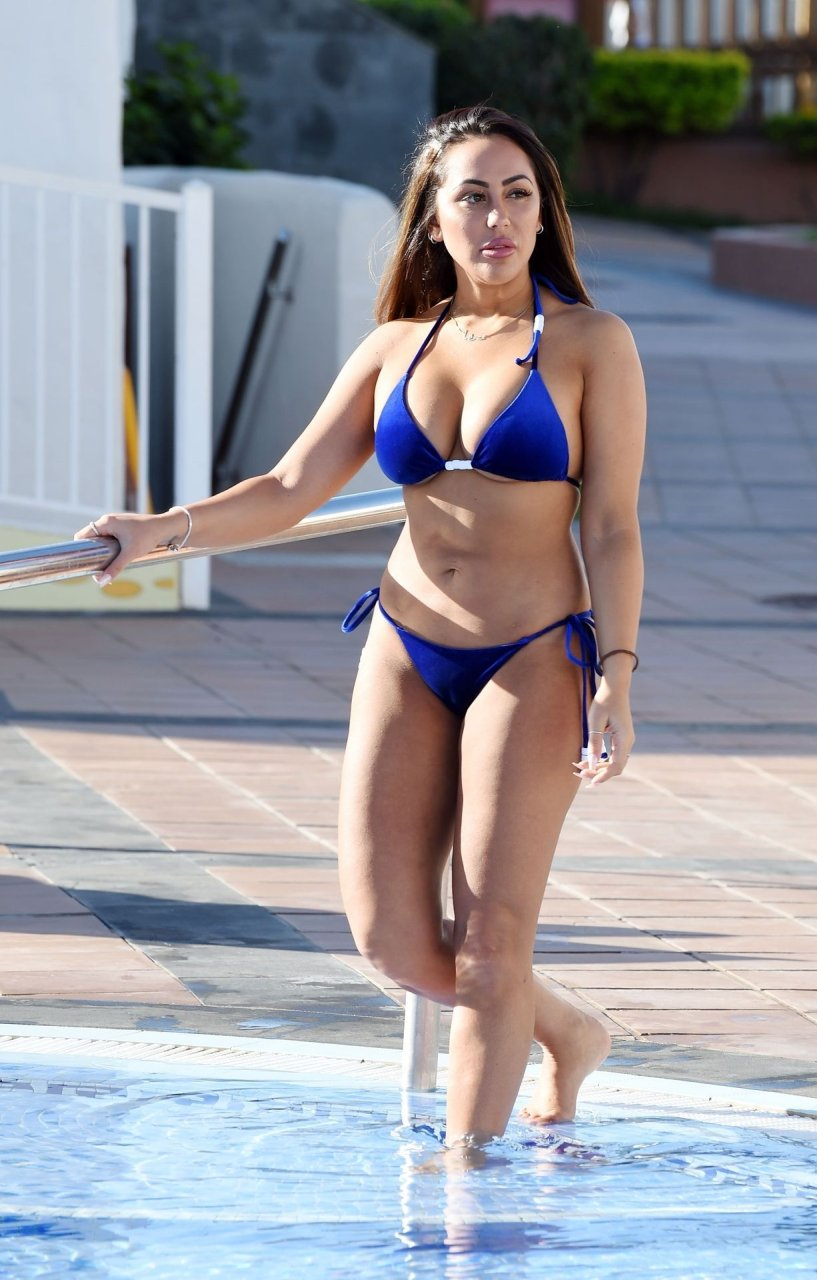 """Geordie Shore"" star Sophie Kasaei shows off her toned body in a blue bikini in Marrakech, 11/22/2018."