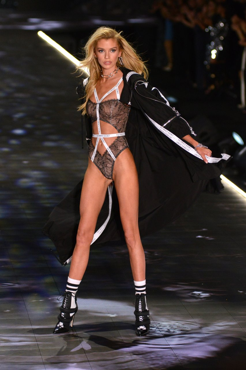 Stella Maxwell shows off her bones at the 2018 Victoria's Secret Fashion Show in NYC, 08/11/2018.
