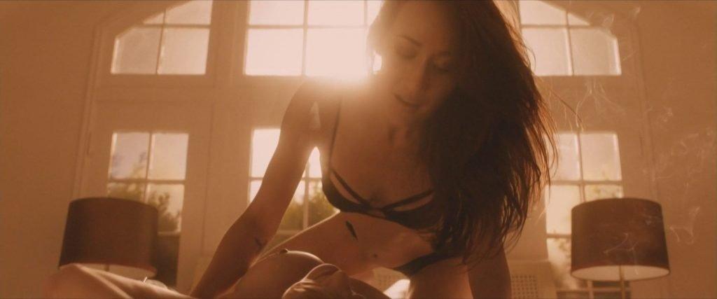 Uma Thurman Nude, Maggie Q, Sofia Vergara, Alice Eve Sexy – The Con is On (9 Pics + GIF & Video)