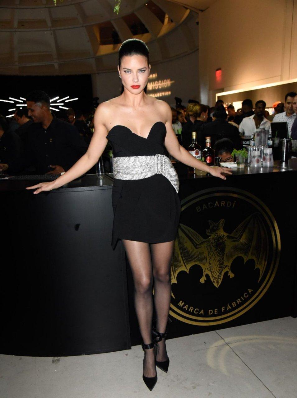 Adriana Lima Sexy (32 Photos)