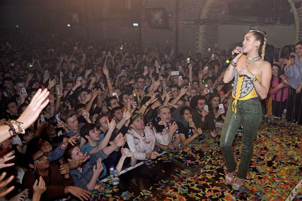 Miley Cyrus Sexy (52 Photos + Video)