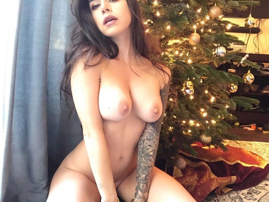Suttin Naked (15 Photos)