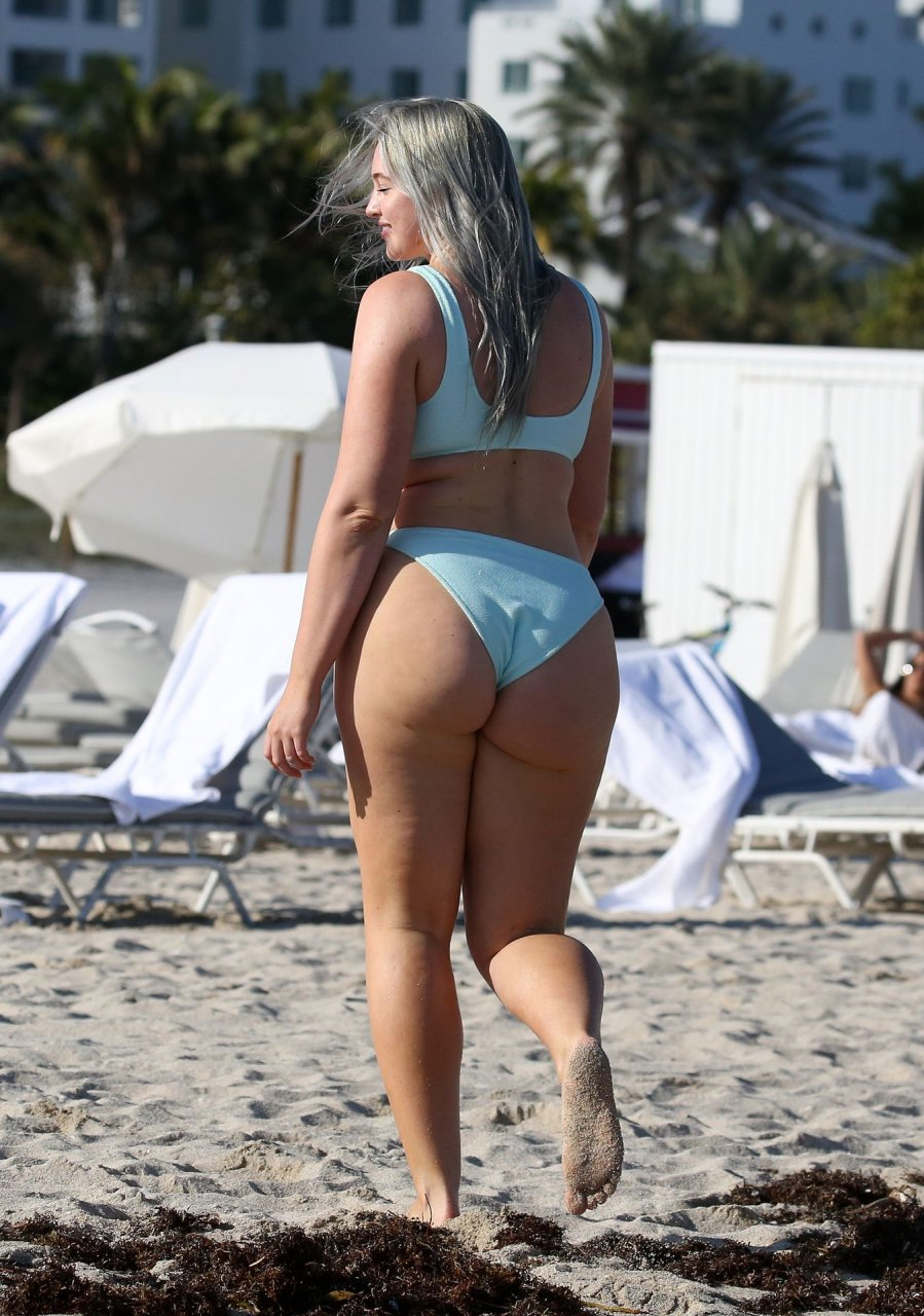 Iskra Lawrence shows off her famous curves in a blue blue bikini on the beach in Miami 28-01-2019