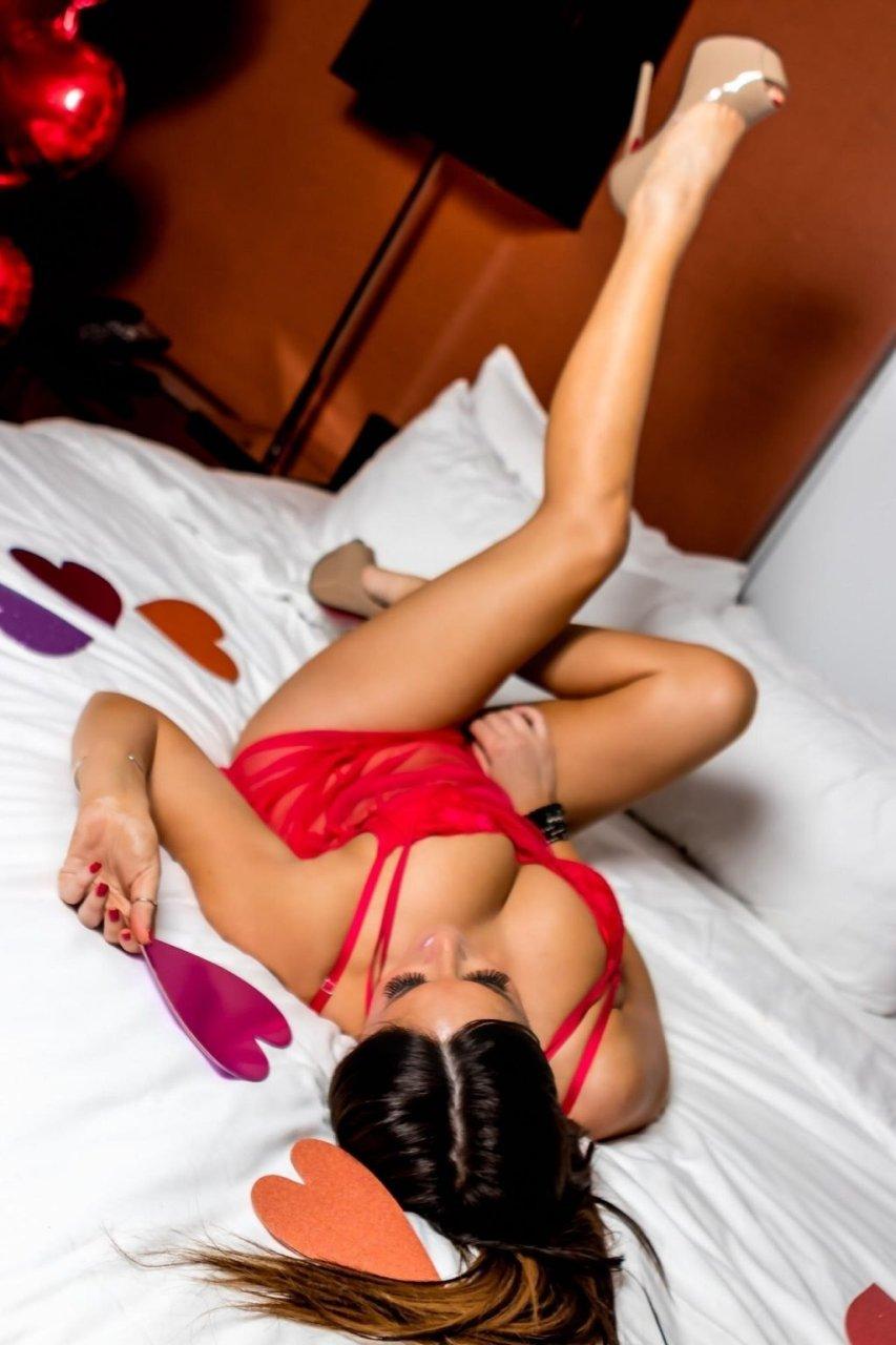 Claudia Romani Hot & Topless (16 Photos)