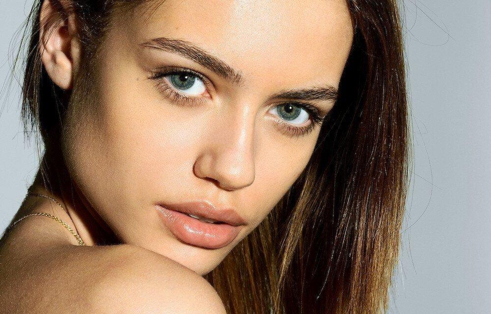 Elle Trowbridge Nude & Sexy (33 Photos)