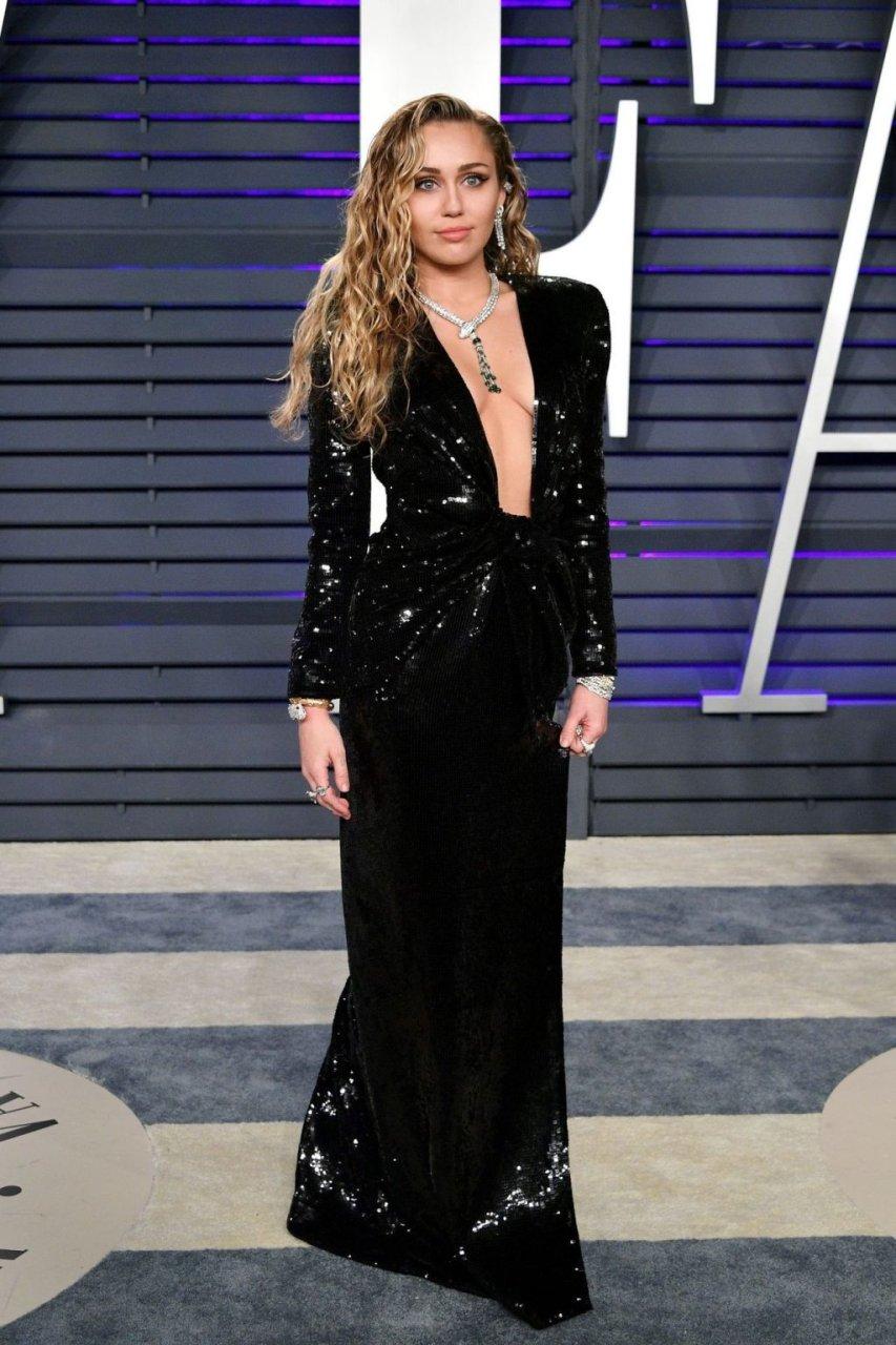 Miley Cyrus Sexy (45 Photos)