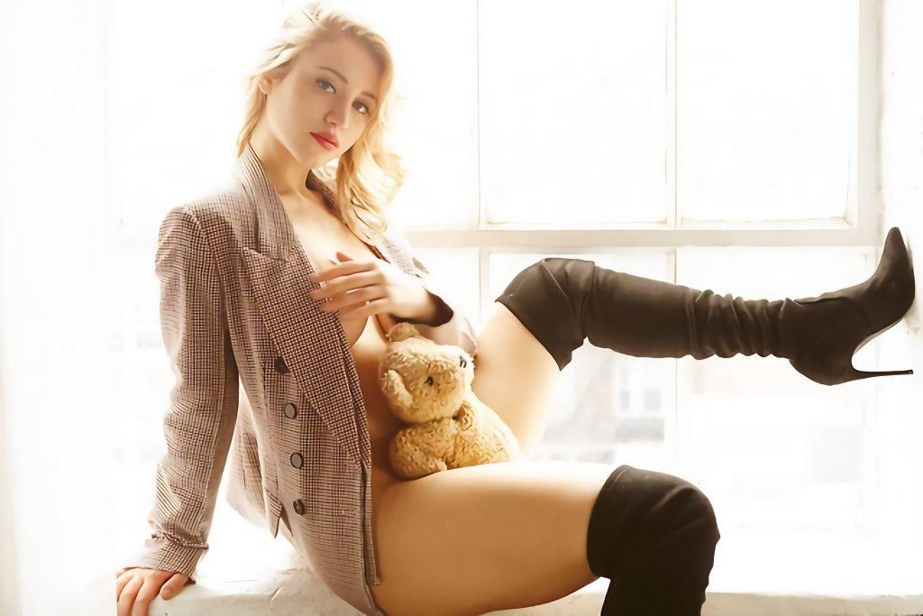 Caylee Cowan Nude & Sexy (9 Photos)