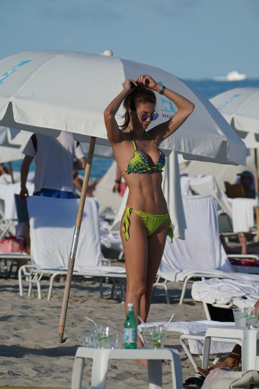 Julia Pereira Sexy (24 Photos)