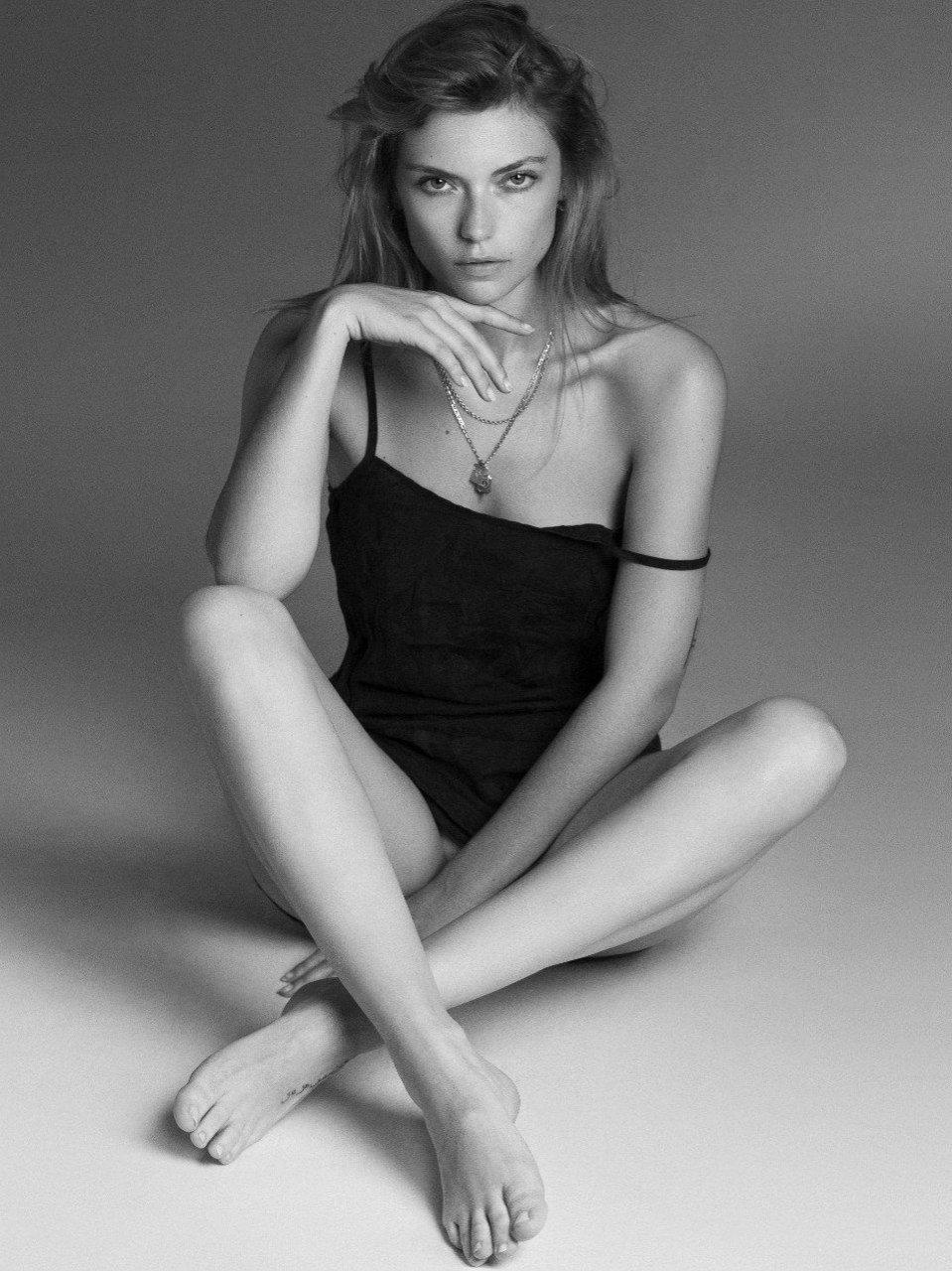 Farah Holt Nude & Sexy (5 Photos)