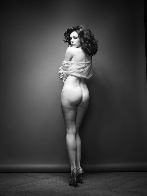 Kelly Brook Nude (8 Photos)