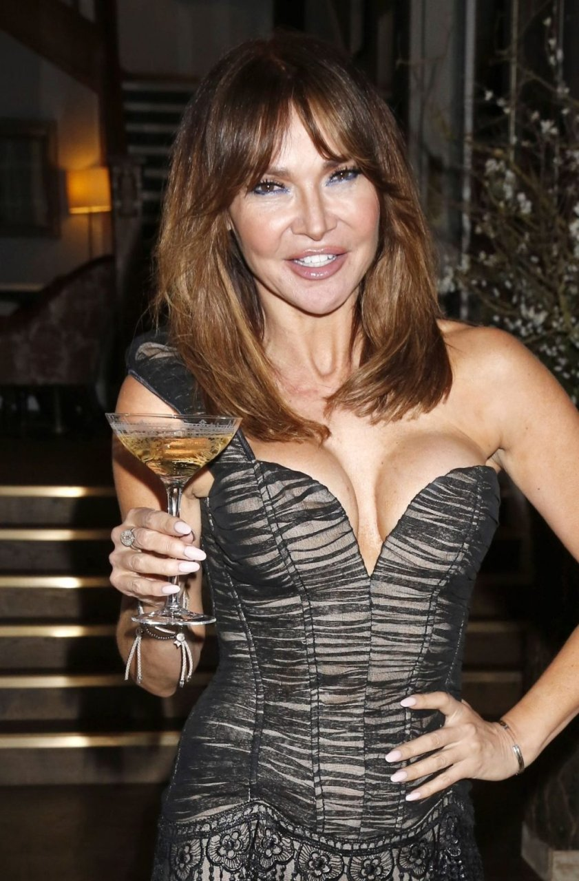 Lizzie Cundy Sexy (34 Photos)