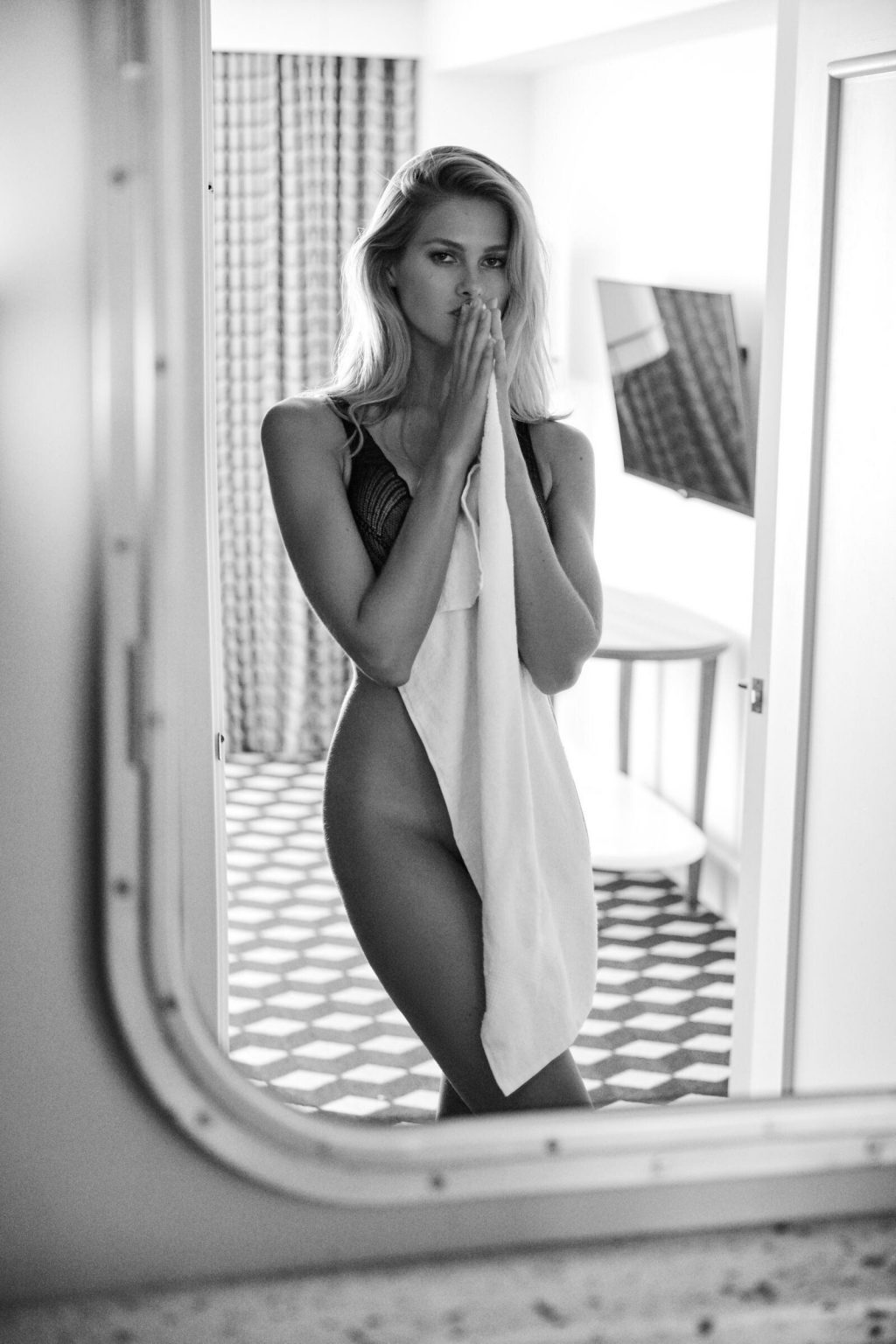 Natalie Roser Nude & Sexy (22 Photos)