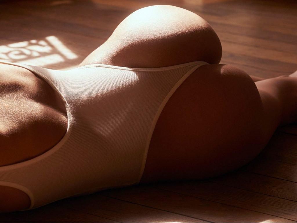 Justine Nicolas Nude & Sexy (7 Photos)