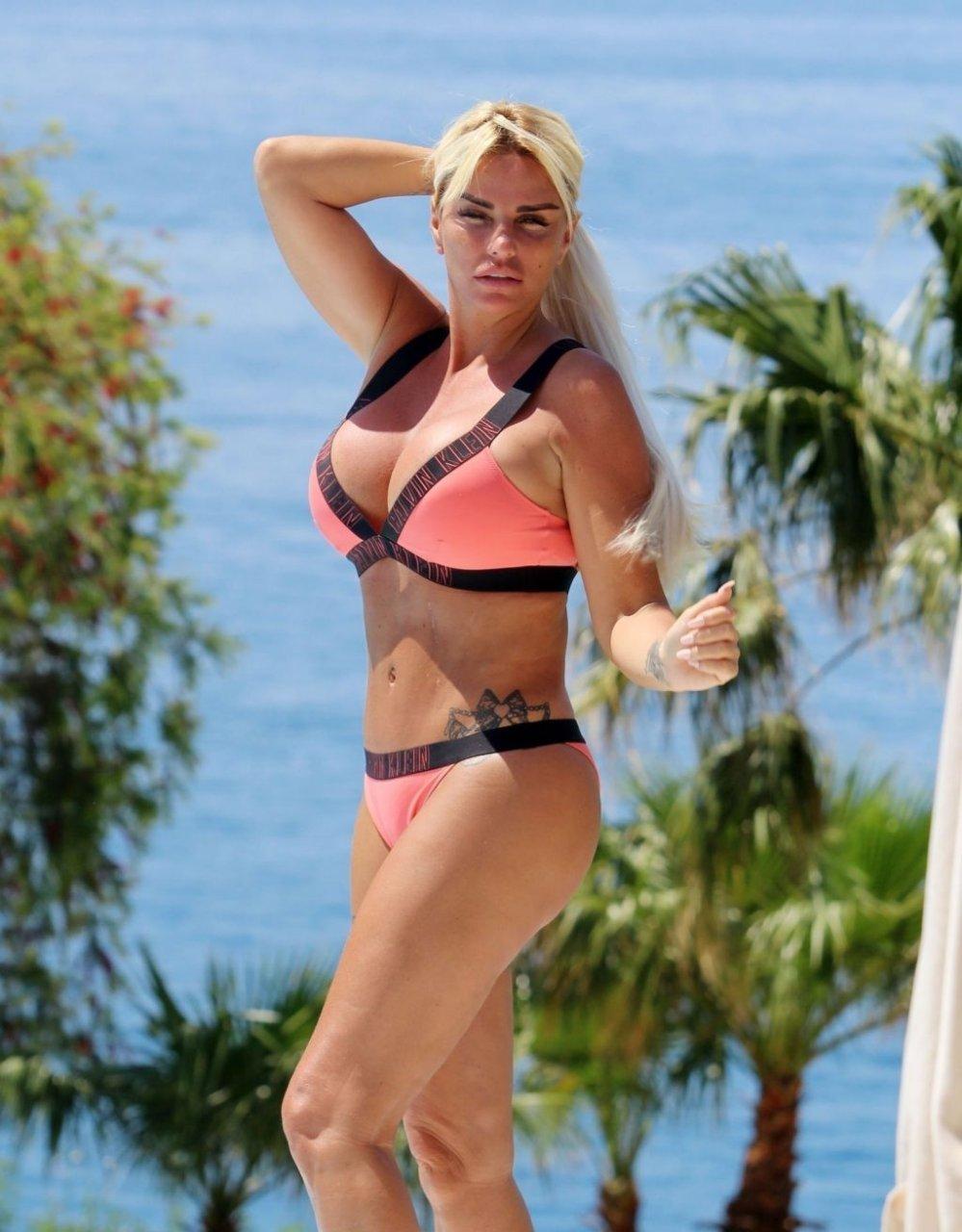 Katie Price Sexy (82 Photos)