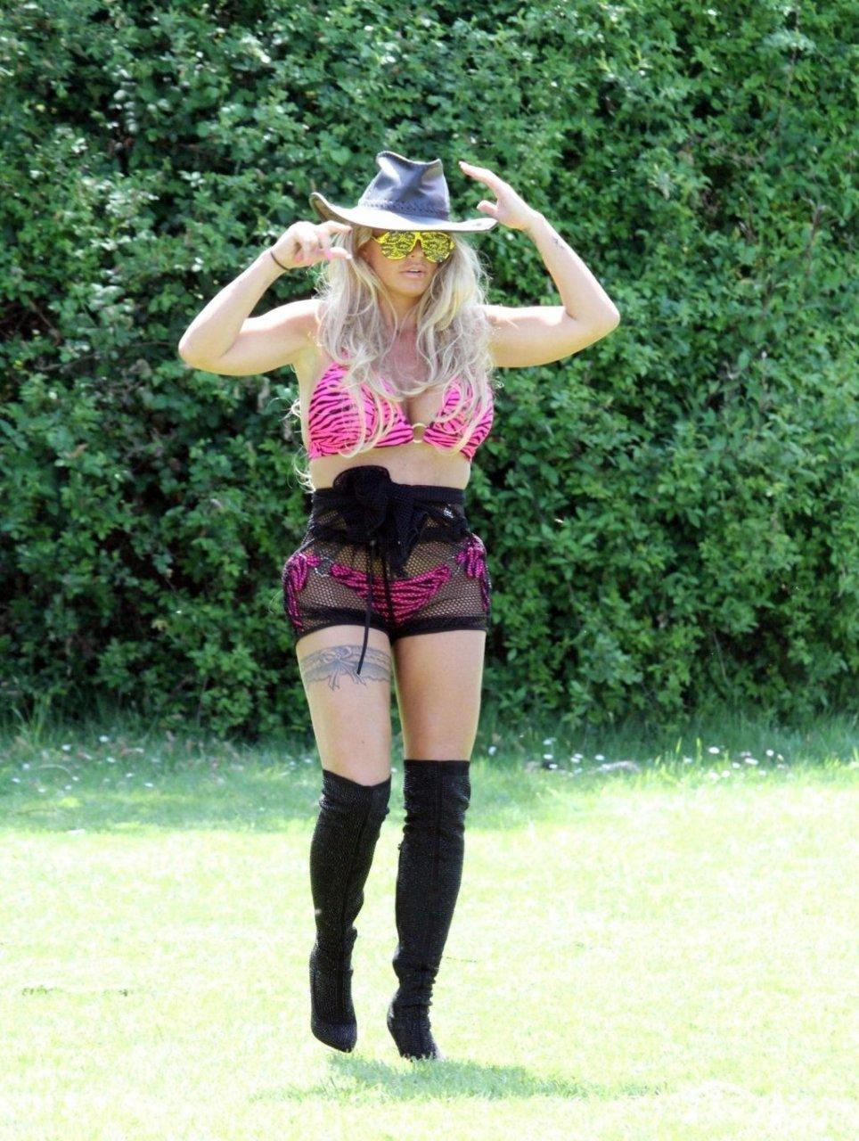 Katie Price Sexy (76 Photos)