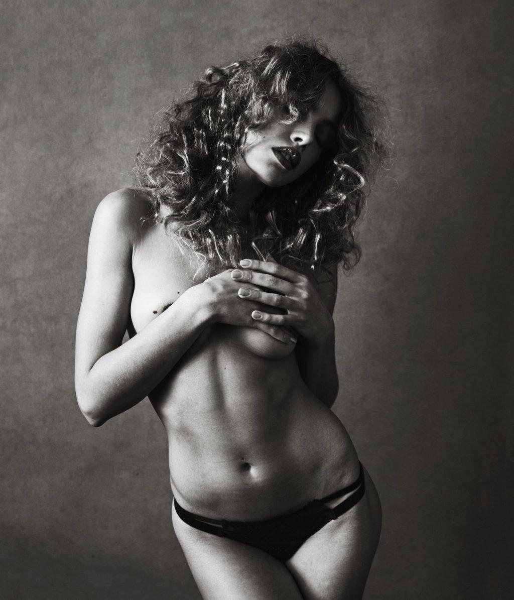 Meri Gulin Nude & Sexy (7 Photos)