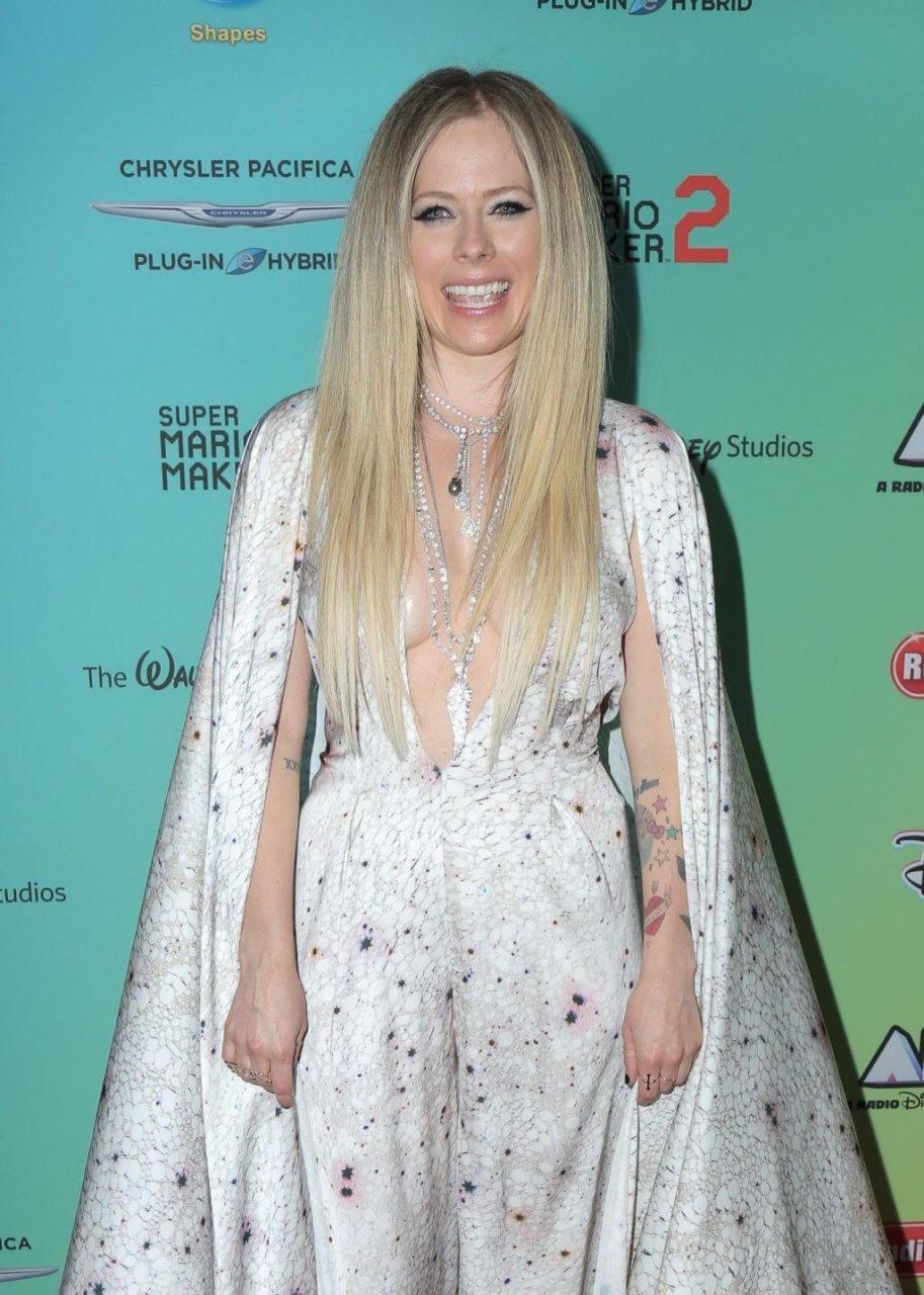 Avril Lavigne Sexy (9 Photos)