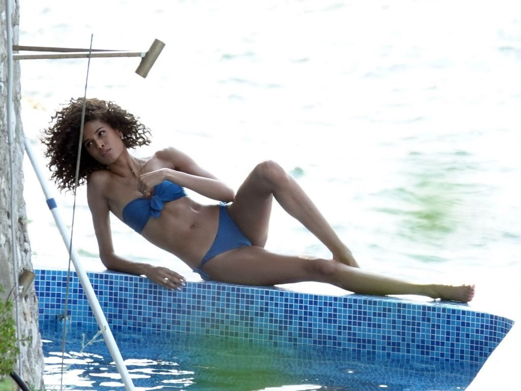 Cindy Bruna Sexy (17 Photos)