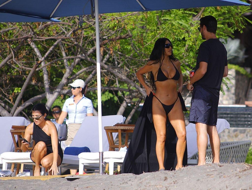 Kim Kardashian & Kourtney Kardashian Sexy (36 Photos)