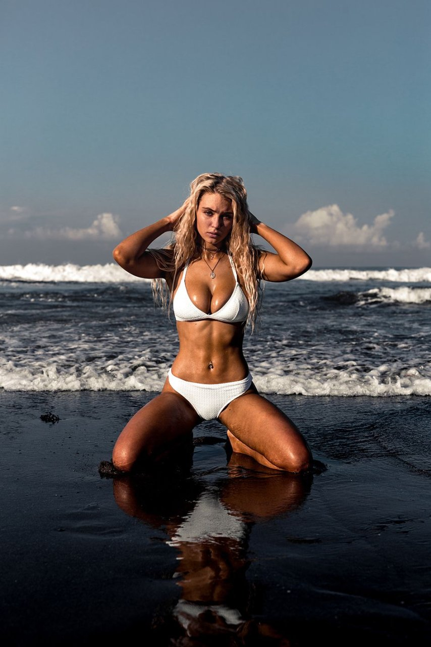 Lucie Donlan Sexy & Topless (18 Photos)