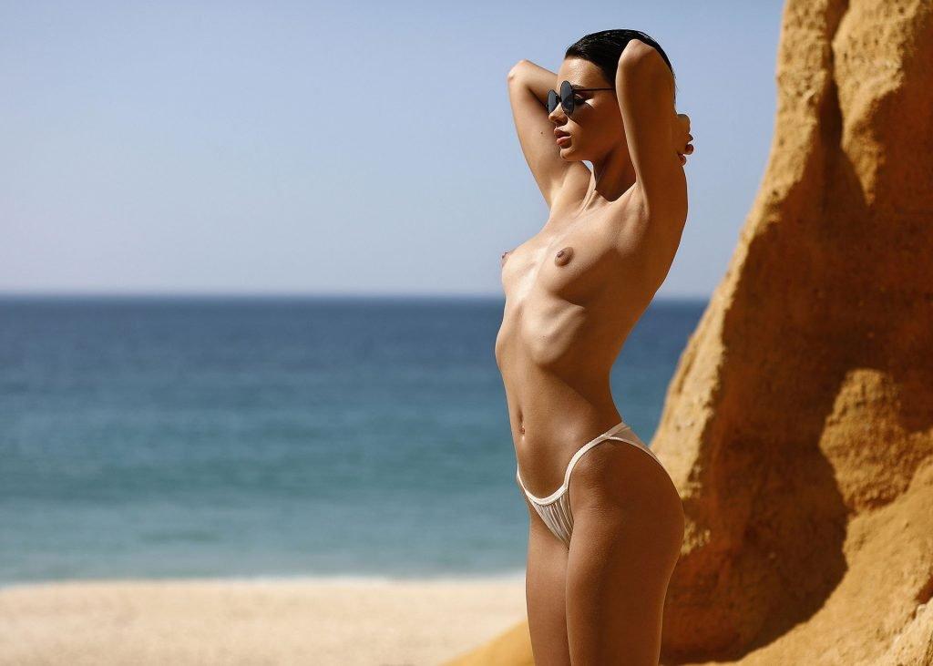 Stranded Natalia Udovenko Posing Stark Naked On Beach Photos 1