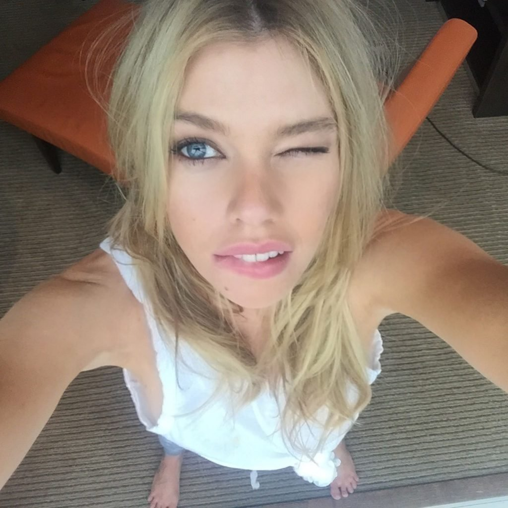 Stella Maxwell Nude & Sexy Leaked Fappening (3 Photos)