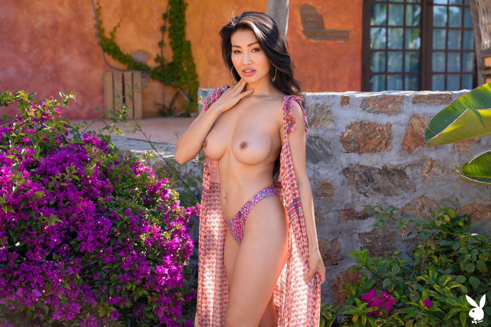 Leigh Nude