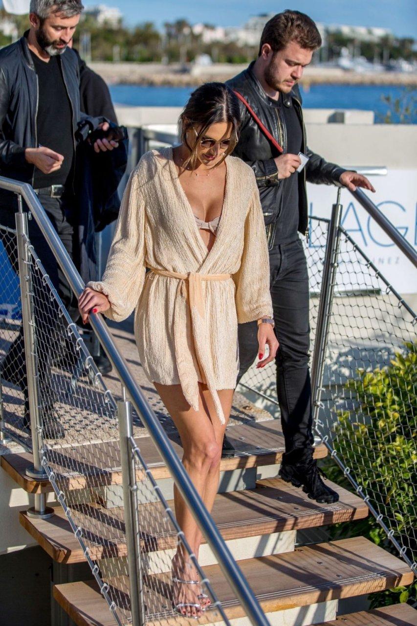 Alessandra Ambrosio Sexy (10 Hot Photos)