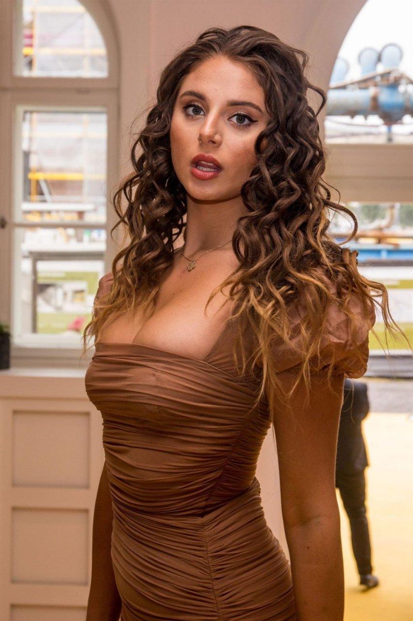 Carina Zavline Sexy (11 Photos)