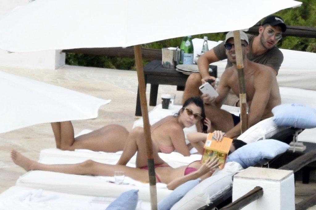Kourtney Kardashian Sexy (57 Photos)