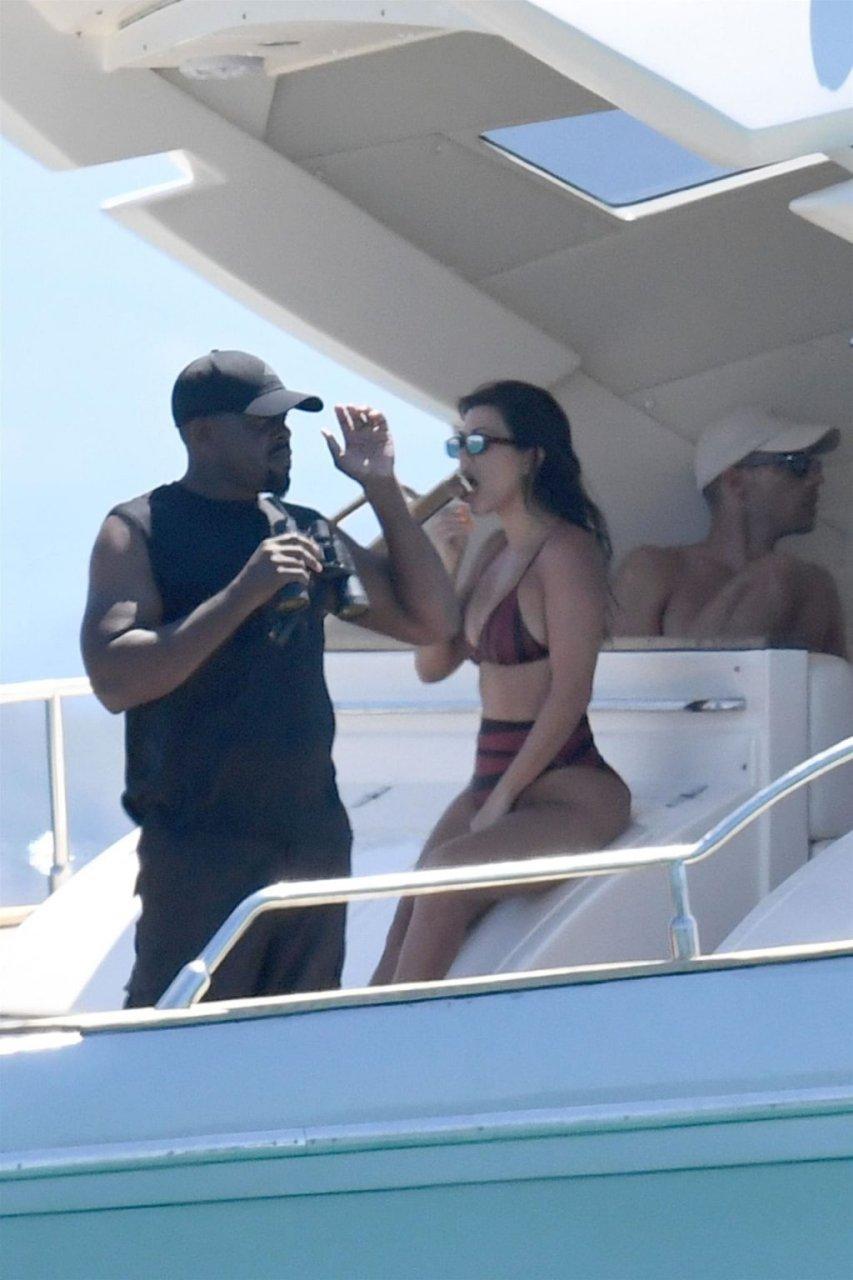 Kourtney Kardashian Hot (37 Photos)